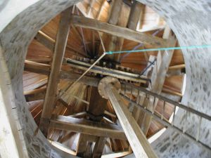 Rouet et poutre maîtresse intérieur moulin