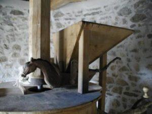 la trémie- intérieur du moulin